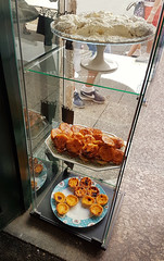 Pasteis Toucinho Douradinhos (ShambLady) Tags: de ceu tortas guimaraes divina gula pasteis cake sweets dulce sarra sarrabiscos douradinhos sweet tooth food yummy toucinho do portugal minho bakery pasteleria backerei pattisserie specialties monastry 260717 delicacies rua santa maria show case