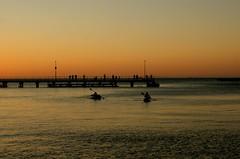 é verão na Austrália, tbém! (Ruby Ferreira ®) Tags: sunset caiaque kayak píer pier ocean beach silhuetas silhouettes