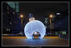 2018.01.02 La Défense by night 35 (garyroustan) Tags: paris france french iledefrance ile island building architecture ville ciudad city nuit night light color noche noel christmas navidad fetes fete feliz joyeux defense