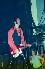 The Jon Spencer Blues Explosion by Edwina Hay (31 of 36) (eatsdirt) Tags: 35mm bustmagazine bustmagazinebenefit jonspencer jonspencerbluesexplosion judahbauer knittingfactory march2002 russellsimins thejonspencerbluesexplosion film scan