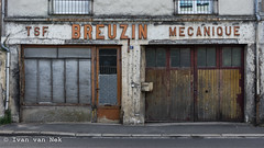 Rue de Blois, Amboise (Ivan van Nek) Tags: amboise indreetloire france 37 nikon breuzin mecanique tsf nikond7200 d7200 garage centrevaldeloire doorsandwindows ramenendeuren frankreich frankrijk peelingpaint urbandecay derailinator centreval de loire architecture architektur architectuur