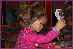 Milina ... hält dagegen ... (Kindergartenkinder) Tags: kindergartenkinder annette himstedt dolls milina porträt kartenspiel karten