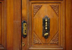 Porte à porte (Pi-F) Tags: porte bois cuivre poignée ddétail sculpture serrure ouvrage ancien