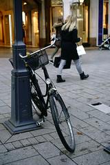 bike@Kö, Düsseldorf 38 (Amselchen) Tags: bicycle kö street düsseldorf germany people bokeh blur dof depthoffield sony a7rii alpha7rm2 zeiss carlzeiss sonnart1855 sonnar5518za fe55mmf18za sonyilce7rm2