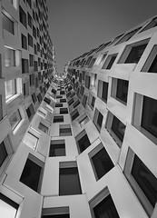 Never ending (ulidolz) Tags: iphone8plus symmetrie blackwhite schwarzweis architecture architektur gebäude building night nacht berlin