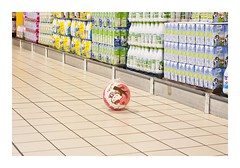 _JPR2506 (Jordane Prestrot) Tags: jordaneprestrot tempsquotidien hellokitty cora supermarché supermarket supermercado wittenheim ballon ball pelota lait milk leche ♉