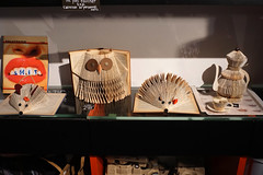 Museumsladen Macro - Rom (okrakaro) Tags: macro rome roma rom shop papier kunst paper art september 2017 italy italien italia igel eule kanne museum
