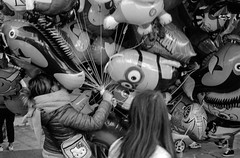 2017♦314 (ruggeroranzani_RR) Tags: analog blackandwhite 35mm film rolleisuperpan200 adoxaph09 leicam6 leicaelmarm12850 people bassanodelgrappa balloons