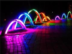 Colorful electric arc in the spa park of Scharbeutz (Ostseetroll) Tags: deu deutschland geo:lat=5402594862 geo:lon=1075608730 geotagged scharbeutz schleswigholstein lichtbogen kurpark nachtaufnahme nightshot