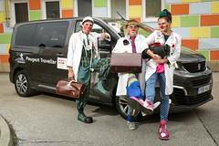 Peugeot Traveller szállítja a bohócdokikat (autoaddikthu) Tags: autó bohócdoki bohócdoktor jármű kocsi peugeot traveller
