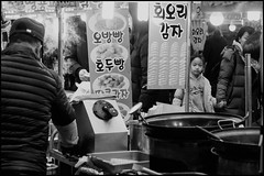 The potato guy (hej_pk / Philip) Tags: fujifilm fuji fujixa1 xa1 fujinon 35mm525mm fujinonxf35mmf2wr xf35mmf2wr svartvit gatufoto blackandwhite monochrome bw bwsv gwangju kwangju sydkorea marknad market vendor seller streetfood streetcart potato test steam vapour vapor smoke