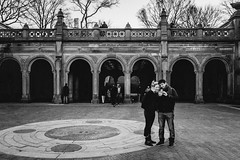 New York City (tinto) Tags: 2017 28mm fuji fujifilm fujilove fujix100t fujixseries manhattan mirrorless newyork nyc tintography vsco vscofilm wclx100 wideangel x100t street streetphotography bw blackandwhite lovebirds love couple