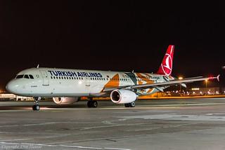 Turkish Airlines TC-JRO HAJ at Night