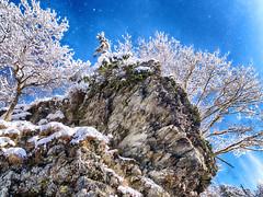 That´s rock! (Elenovela) Tags: schnee snow winter himmel sky baum tree landschaft landscape rock felsen rheinlandpfalz deutschland germany walkingtrail wanderweg traumschleife nationalparkhunsrückhochwald saarhunsrücksteig olympusomdem1 olympus1435mmf20 elenovela karstenmüller