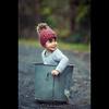 Evy   Règle #2: faire des Seau-tises (dominikfoto) Tags: seau enfant child fusina fusinadominik portrait bonnet