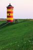 Pilsumer Leuchtturm (Traumfotos Trautmann) Tags: canon canoneos100d familie familienurlaub nordsee ostfriesland urlaub norden pilsum northsea küste meer ozean damm deich sonnenuntergang dämmerung nordseeküste leuchtturm lighthouse pilsumerleuchtturm gras rasen himmel tamron tamron182003563diiivc reisezoom megazoom superzoom alterleuchtturmpilsum