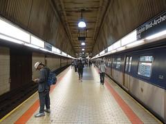201710482 New York City subway station 'Sutphin Boulevard–Archer Avenue–JFK' (taigatrommelchen) Tags: 20171043 usa ny newyork newyorkcity nyc queens central perspective icon urban railway railroad mass transit subway station tunnel train mta r160a
