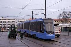 Der erste Avenio der neuen Serie, der Wagen 2501, wird über eine Rampe vom Transportfahrzeug heruntergelassen (Frederik Buchleitner) Tags: 2501 avenio betriebshof betriebshof2 munich münchen siemens strasenbahn streetcar twagen t4 tram trambahn