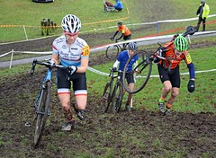 To push or to carry? (Majorshots) Tags: macclesfield cheshire southpark macclesfieldwheelerssupacross2017 cyclocross