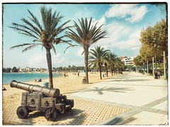 Sweetness of the bay (pat 19) Tags: plage espagne catalogne catalunya beach sable sand palmier palm trees canon arme gun playa rosas mer sea iphone iphone6 cameraphone