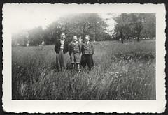 Archiv O588 Dandys auf dem Nordfeld, 1. Juli 1936 (Hans-Michael Tappen) Tags: archivhansmichaeltappen drittesreich thirdreich nazigermany hitlerjugend hitlerjunge hj pimpf pimpfe fotorahmen outdoor landschaft scenery gegend kleidung outfit mode fashion jungen frisur 1930s 1930er