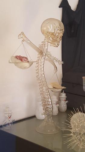 Skelette in einer Galerie