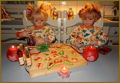 Linchen und Gretchen freuen sich über ihre bunt angemalten Plätzchen ... (Kindergartenkinder) Tags: kindergartenkinder annette himstedt dolls weihnachten advent backen plätzchen linchen gretchen