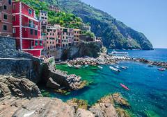 Riomaggiore  (Cinque Terre) (marijeaguillo) Tags: manarola cinqueterre agua costa mediterráneo acantilado ladera