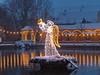 ein Engel kommt eben nicht allein, mit etwas Licht hat es doch was? (baerchen57) Tags: ontoure winterausflug bad lauchstädt weihnachtsmarkt schnee ausflug winter boot wasser baum gebäude himmel park personen brücke