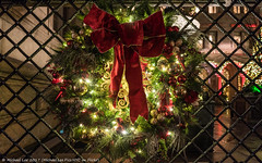 Christmas Wreath (20171223-DSC05740) (Michael.Lee.Pics.NYC) Tags: newyork christmas wreath holiday lottenewyorkpalace hotel villardhouses architecture night fence gate sony a7rm2 zeissloxia21mmf28