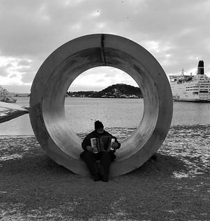 Hombre tocando el acordeón en Oslo