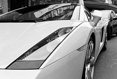 ... just a little gift ... (Thomas Listl) Tags: thomaslistl blackandwhite noiretblanc biancoenegro vehicle car lamborghini wheels analogue film minolta x700 kodak tmax street urban gallardo