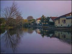 reflejos al atardecer. (antoniocamero21) Tags: paisaje urbano color foto sony atardecer casas reflejos perspectiva lislesurlasorgue francia