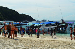 TH_Similan_09 (chiang_benjamin) Tags: similanislands thailand beach ocean sea coast island crowd boats