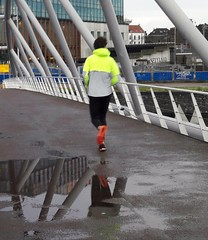 Runner  (Décembre 2017) (Ostrevents) Tags: amsterdam paysbas nederland nederlands netherlands nethrerland holland hollande pont bridge homme man courreur courreuràpied runner matin morning solitaire alone dos back pluie rain chn ostrevents