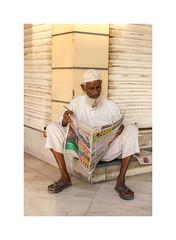 Le journal du matin, Inde,  Jodhpur-3907 (helenea-78) Tags: rajasthan streetphoto street portraitderue portrait homme men inde jodhpur teinturiers photoderue streetphotography chapeau