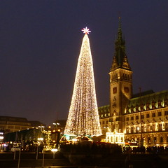 Hamburg (ivlys) Tags: hamburch hansestadt hamburg rathaus townhall christbaum christmastree weihnachtsmarkt christmasmarket licht light abend evening advent ivlys