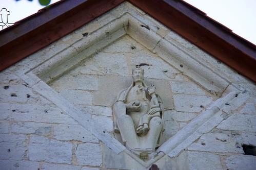 Statua Najświętszej Panny Marii na tronie na szczycie wschodnim kościoła w Wysocicach