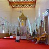 Argent volant (Bruno-Edouard Perrin) Tags: billets bouddha guirlandes moine prière temple