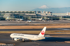 171226 HND-FUK-05.jpg (Bruce Batten) Tags: vehicles aircraft snowice transportationinfrastructure buildings shadows locations hnd automobiles airports honshu tokyo mountains fuji subjects japan airplanes ōtaku tōkyōto jp businessresearchtrips trips occasions
