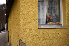 chilling on the windowsill (Marc R. A.) Tags: street chilling streetfoto window yellow house loxia235 zonefocus dynamic symmetry candid