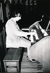Henk Klop bespeelt het Adema-orgel, St.-Agathakerk, Lisse, 12 oktober 1974. Foto: Klaas Schippers.