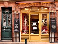 Vitrine à Toulouse (gregory.tetsios) Tags: vitrine toulouse photographiederue streetphotography street porte leicadgsummilux25f14 panasonicdmcgx8 lumixgx8 lumix gx8 panasonic