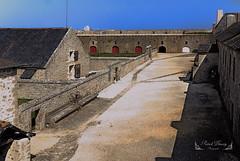 Bretagne, Morbihan, Lorient ( photopade (Nikonist)) Tags: océan bretagne bretagnesud lorient morbihan portlouis citadelle xvisiècle espagnol architecture cour couleurs bâtiments nikon apple affinityphoto afsdxvrzoomnikkor1685mmf3556ged mac