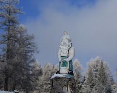 un petit nain qui ne voit plus rien :) (bulbocode909) Tags: valais suisse coldesplanches montchemin nains neige automne nature montagnes bleu arbres mélèzes givre nuages brume stratus