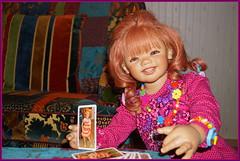 Sanrike ... spielt Herz Dame ... (Kindergartenkinder) Tags: kartenspiel karten kindergartenkinder annette himstedt dolls sanrike