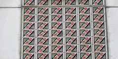 1997/98 Berlin Dekorative Kermaikfliesen bemalt von den Frauen der Kadiwéu-Indianer aus Brasilien Maxie-Wander-Straße 61 im Quartier Gelbes Viertel in 12619 Hellersdorf (Bergfels) Tags: architekturführer skulpturenführer bergfels 199798 1997 1990er 20jh nach1989 berlin keramik fliesen bemalt kadiwéuindianer indianer bodoquena matogrossodosul brasilarquitektura madeinbrasil maxiewanderstrase quartiergelbesviertel 12619 hellersdorf skulptur plastik malerei bauschmuck beschriftet