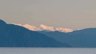 Mix di colori di Liguria - le Alpi Apuane innevate, scintillanti con gli ultimi raggi di sole