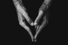 hands | dezembro, 2017. (kassiamelo) Tags: photo photography photographer girlphotographer vscofilm blackandwhite black white hands light shadows minimalism minimal simple veins vintage vintagephotography grain