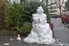 Mr and little mr snowman (Marjon van der Vegt) Tags: denhaag winter piano avondlucht sneeuwpoppen engelen wandelvondst thorbeckelaan opstraat straatfotografie